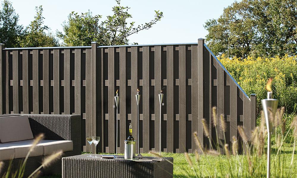 délimitation du jardin avec clôture en bois composite