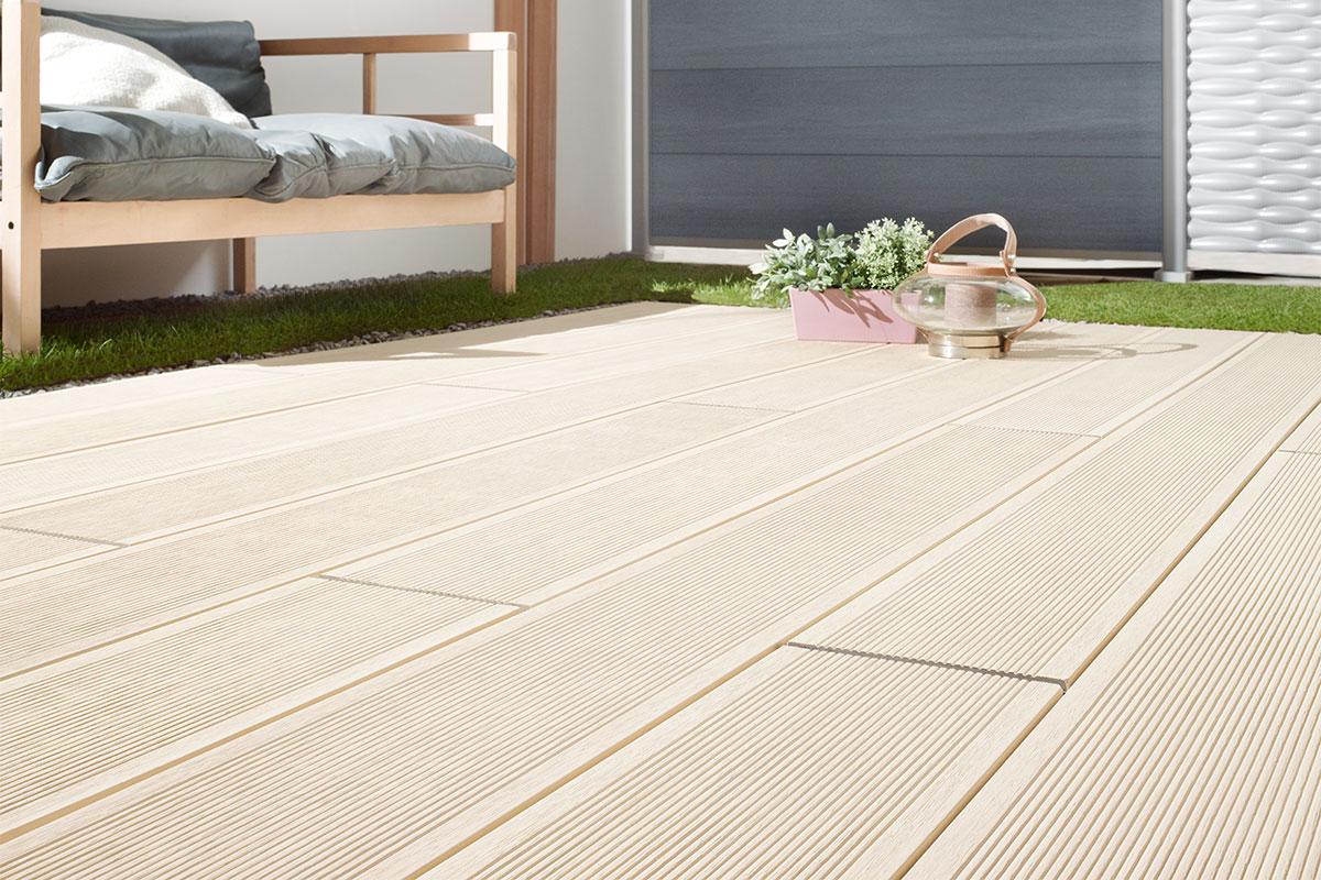 planche de terrasse en bois composite crème