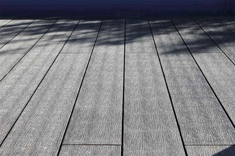 planche de terrasse en bois synthétique