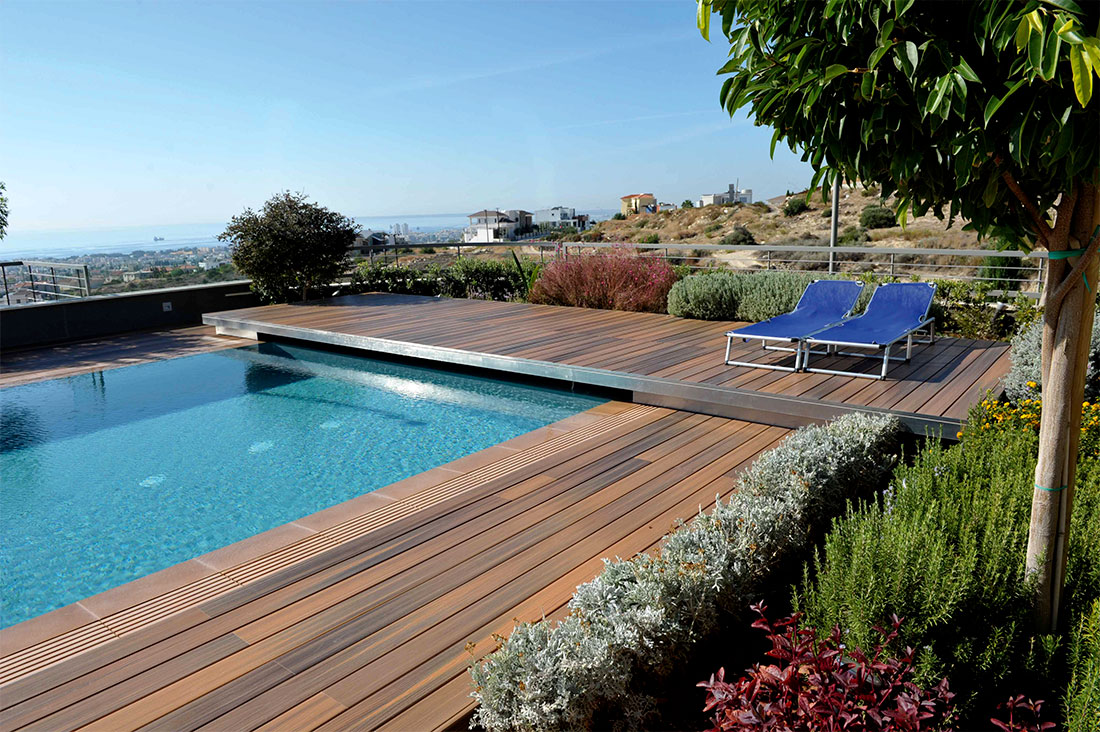 terrasse en bois composite pour piscine