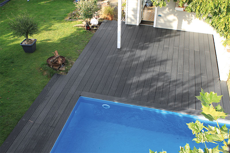 terrasse de piscine en bois synthétique