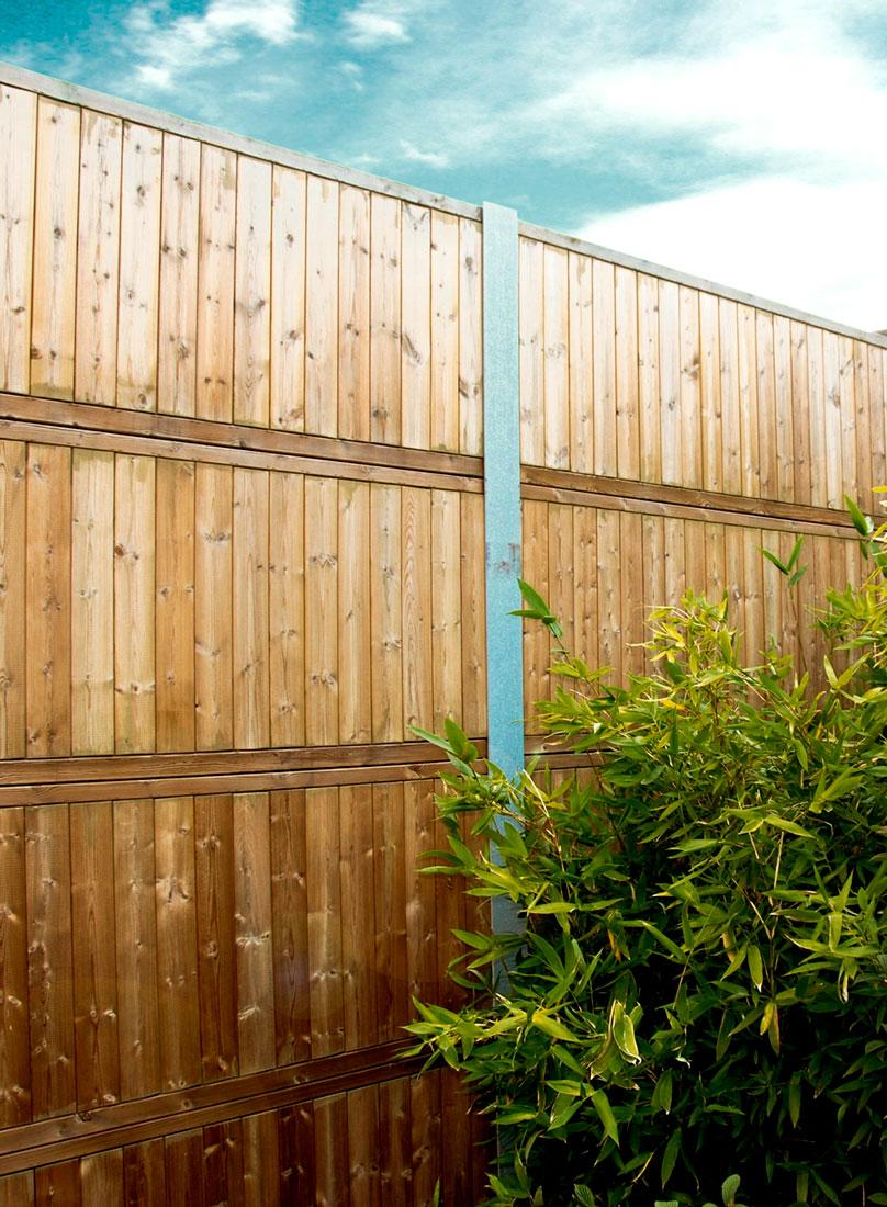 Aan de overkant van de tuin van het hek (rustig).