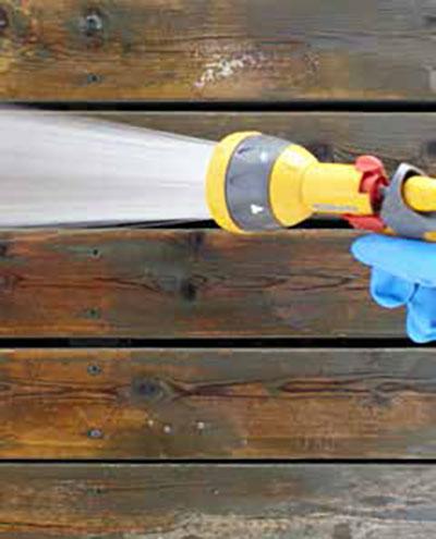 Rincer abondaments les lames de terrasse en bois