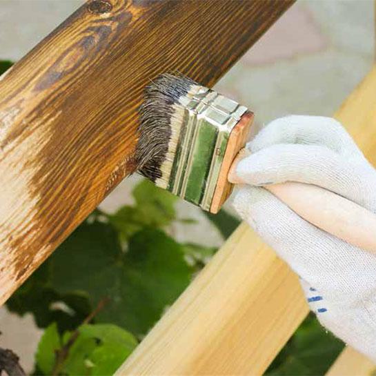 Application d'un saturateur sur bois